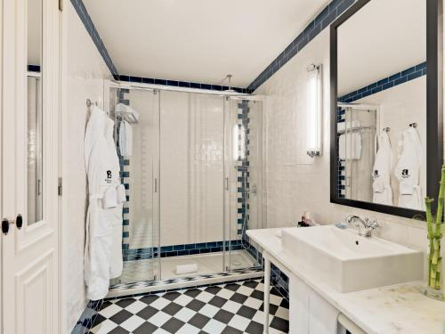 A bathroom at H10 Duque de Loule