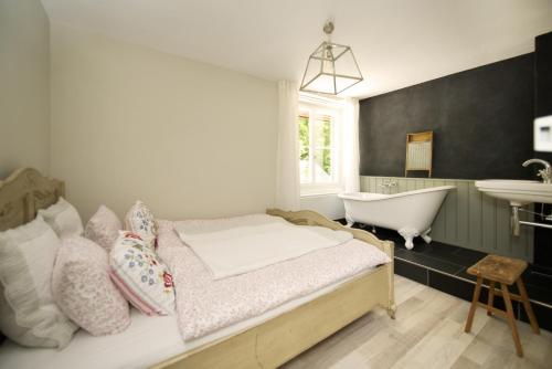 Ein Bett oder Betten in einem Zimmer der Unterkunft Hotel Langenberg
