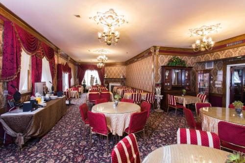 A restaurant or other place to eat at Queen Anne