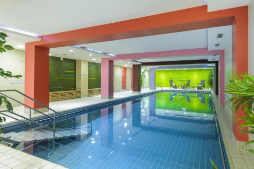 Der Swimmingpool an oder in der Nähe von Mercure Hotel Koeln Belfortstrasse