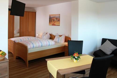 A bed or beds in a room at Schwarzwald-Pension Fechtig