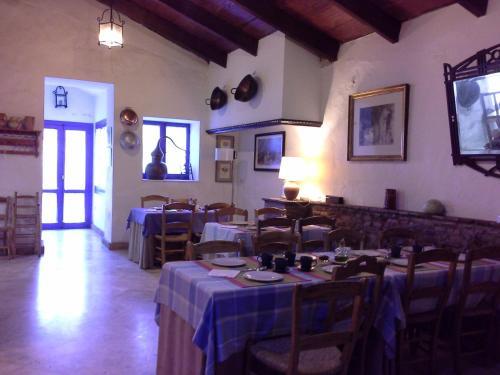 Un restaurante o sitio para comer en Casa Rural Riscos Altos