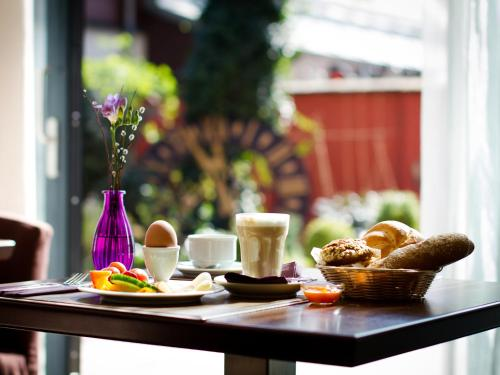 Breakfast options available to guests at Pension Stadthalle