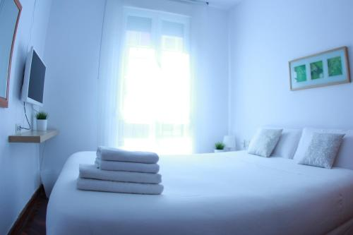 A bed or beds in a room at Zubia Urban Rooms