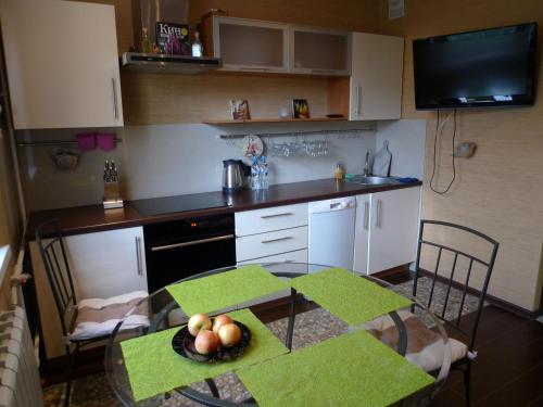Кухня или мини-кухня в Apartments Na Savushkina