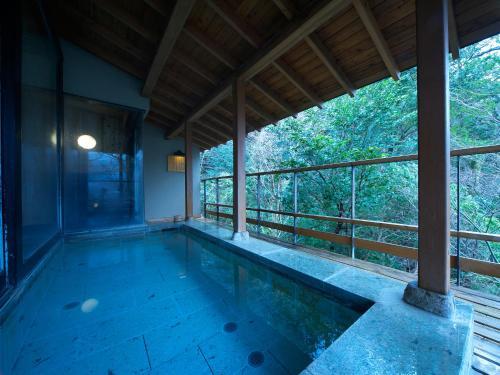 武蔵野 別館の敷地内または近くにあるプール