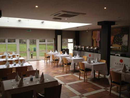 A restaurant or other place to eat at Hotel Warwick