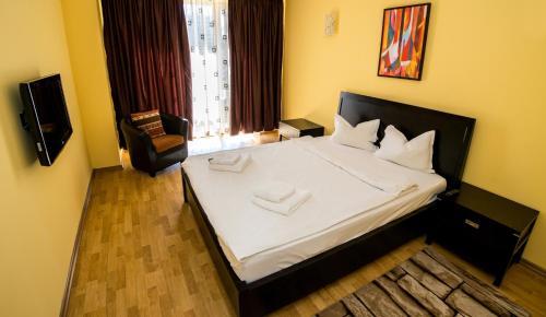 Un pat sau paturi într-o cameră la Apartamente Coralia Mamaia