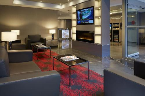 A seating area at Residence Inn by Marriott Montréal Downtown