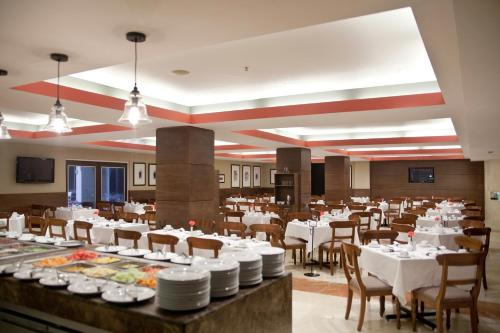 A restaurant or other place to eat at Marriott Tijuana Hotel