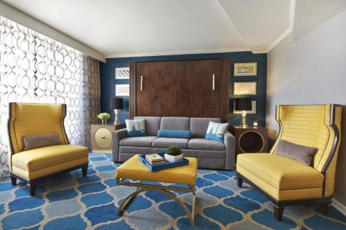 A seating area at The Ven at Embassy Row, Washington, D.C., a Tribute Portfolio Hotel