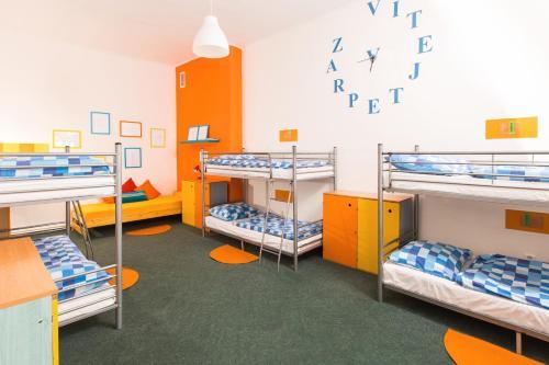 Łóżko lub łóżka piętrowe w pokoju w obiekcie Hostel Downtown