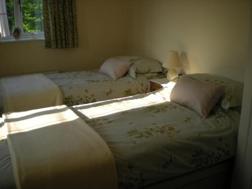 A bed or beds in a room at Hillside Cottage