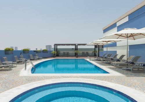 Het zwembad bij of vlak bij Coral Dubai Deira Hotel