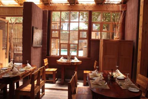 Um restaurante ou outro lugar para comer em Hotel Kimal