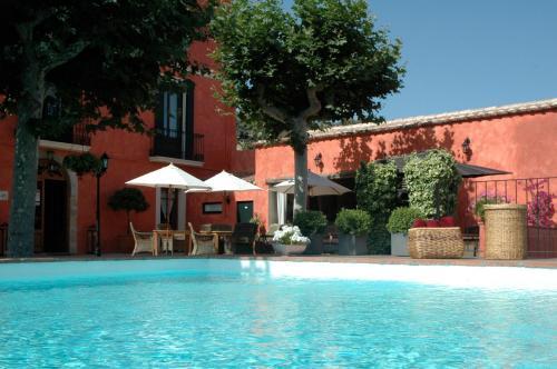 Het zwembad bij of vlak bij Mas de Baix