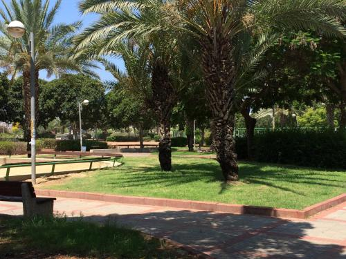 A garden outside Ashdod Suites Private Bedrooms