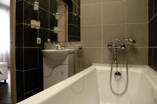 A bathroom at Airport City Lodge