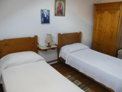 A bed or beds in a room at Pensiunea Casa Filoxenia