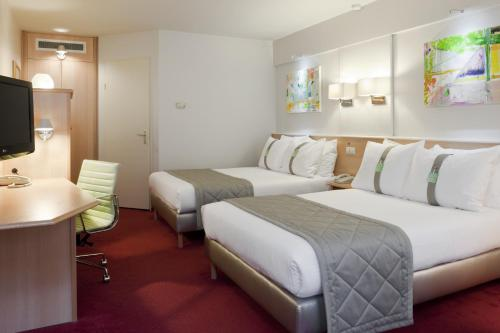 A bed or beds in a room at Holiday Inn Leiden