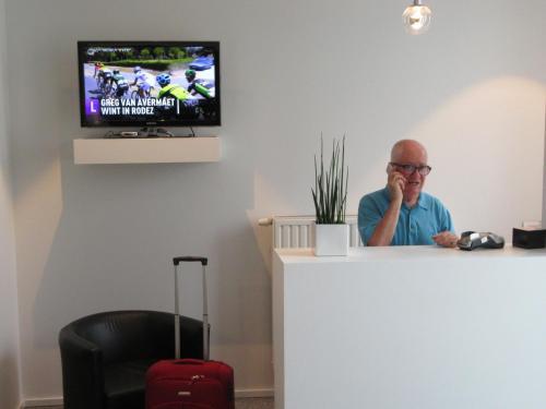 Телевизор и/или развлекательный центр в Taverne Hotel Muske Pitter