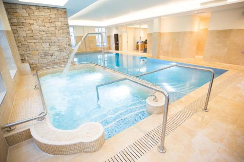 The swimming pool at or close to Galway Bay Hotel Conference & Leisure Centre