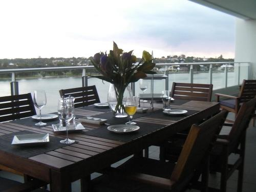 A restaurant or other place to eat at The Point Mandurah Apartment