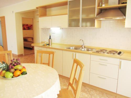 A kitchen or kitchenette at Apartments Luna