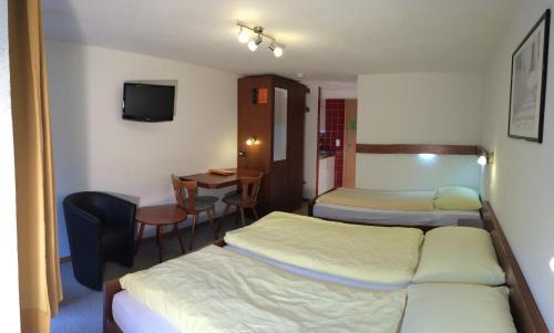 Ein Bett oder Betten in einem Zimmer der Unterkunft Hotel zum See