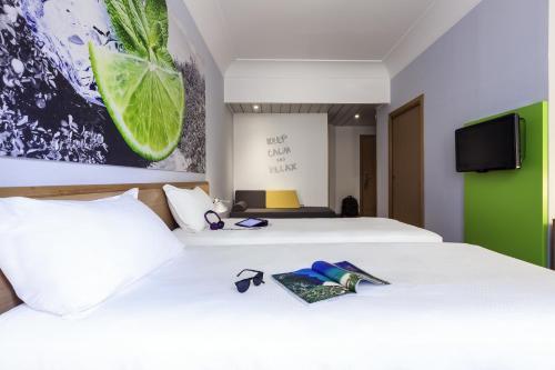 Łóżko lub łóżka w pokoju w obiekcie Ibis Styles Napoli Garibaldi