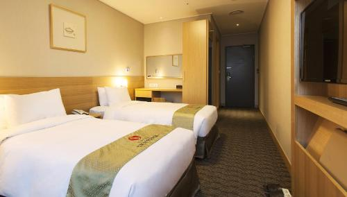 A bed or beds in a room at Hotel Skypark Central Myeongdong