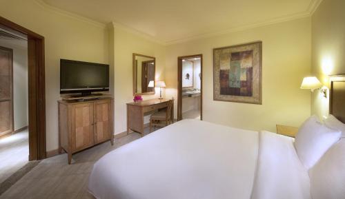 Ліжко або ліжка в номері Hilton Sharks Bay Resort