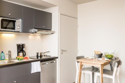 A kitchen or kitchenette at Aparthotel Adagio Access Paris Massy Gare
