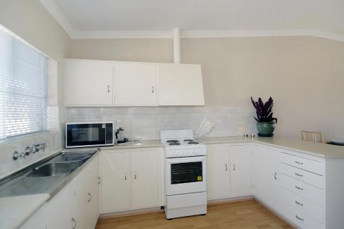 A kitchen or kitchenette at Acacia Holiday & Business Stay