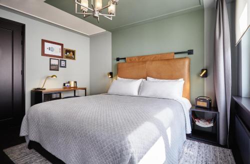 Ein Bett oder Betten in einem Zimmer der Unterkunft The Hoxton, Amsterdam