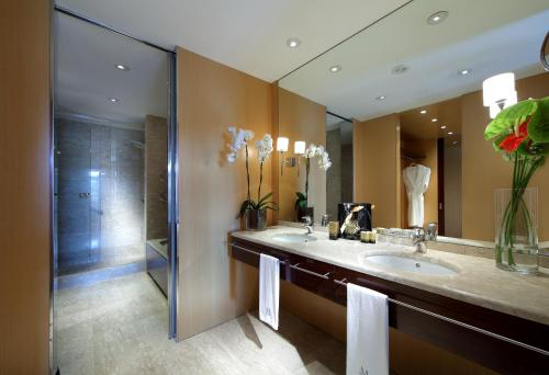 A bathroom at Eurostars Grand Marina Hotel GL