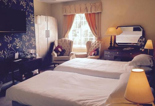 A bed or beds in a room at Walter de Cantelupe Inn