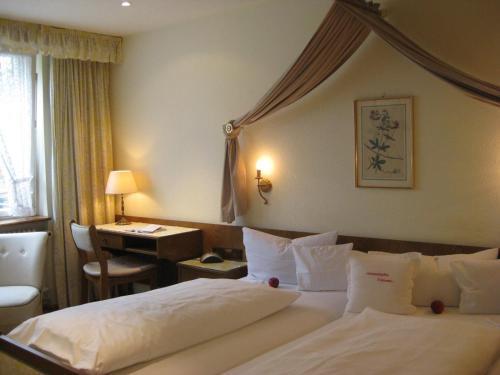 Ein Bett oder Betten in einem Zimmer der Unterkunft Gasthaus Zur Sonne