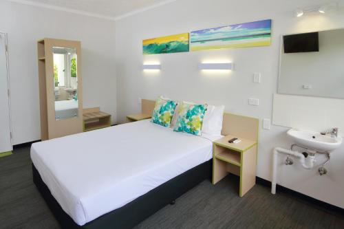 A bed or beds in a room at Palm Beach Hotel