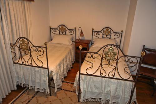 A bed or beds in a room at Casas do Cavaleiro Eira