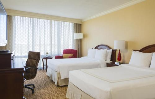 A bed or beds in a room at Chicago Marriott Oak Brook