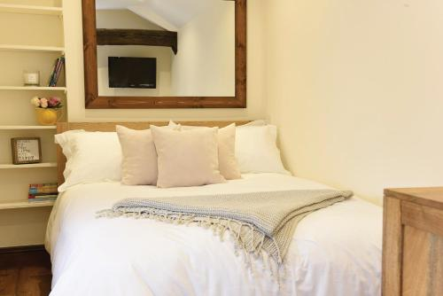 A bed or beds in a room at Vera's Kitchen B&B