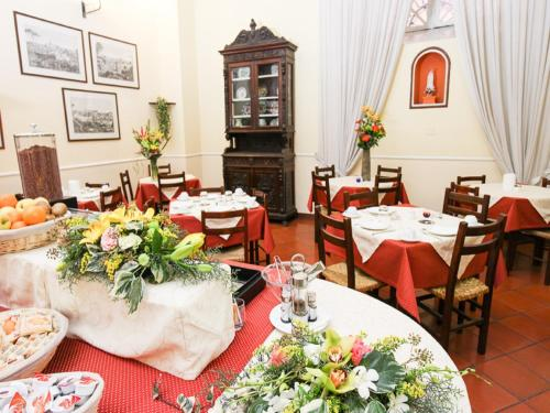 A restaurant or other place to eat at Casa Di Santa Francesca Romana a Ponte Rotto
