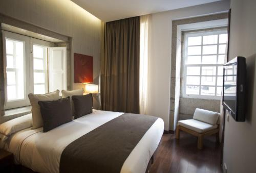 A bed or beds in a room at Hotel Carris Porto Ribeira
