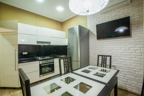 Кухня или мини-кухня в Apartamenty na Moskovskoy