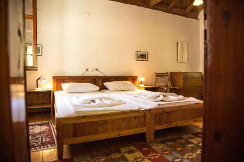 Кровать или кровати в номере Dostlar Pension