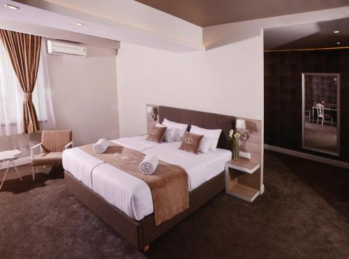 A bed or beds in a room at Hotel Ideja