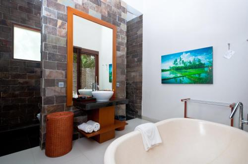 Kamar mandi di The Dipan Resort, Villas and Spa