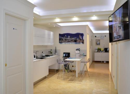 A kitchen or kitchenette at Airport House
