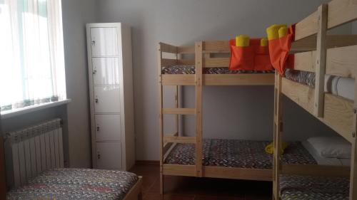 Двухъярусная кровать или двухъярусные кровати в номере Vagon